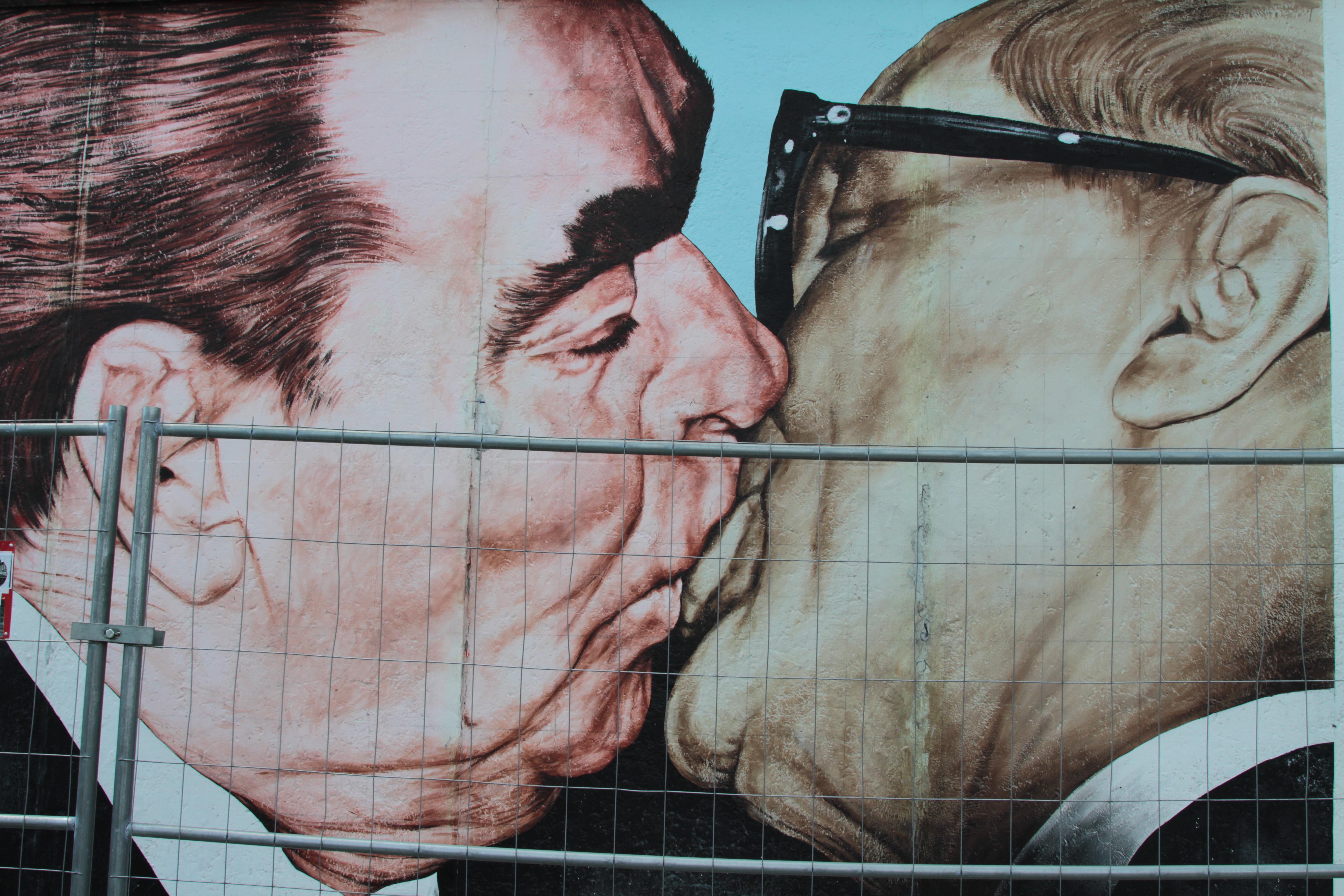Il bacio tra Leonid Il'ič Brežnev ed Erich Honecker
